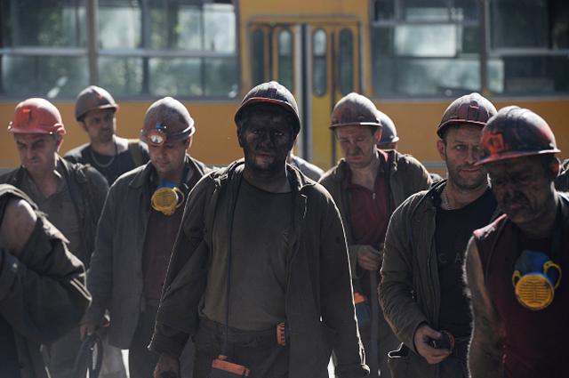 Шахтёры донецкой шахты имени Засядько возвращаются со смены домой