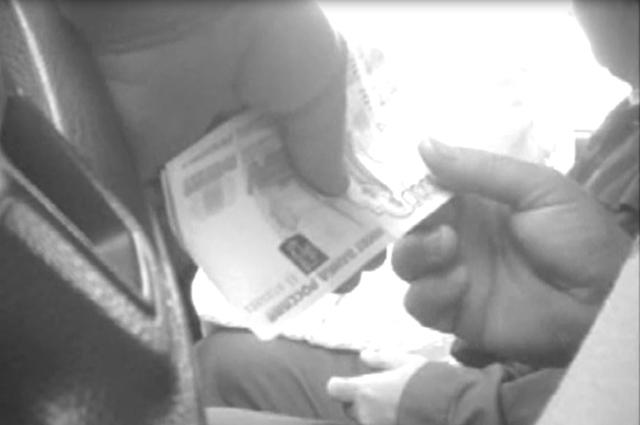 Случается, что деньги оставляют следы на пальцах.