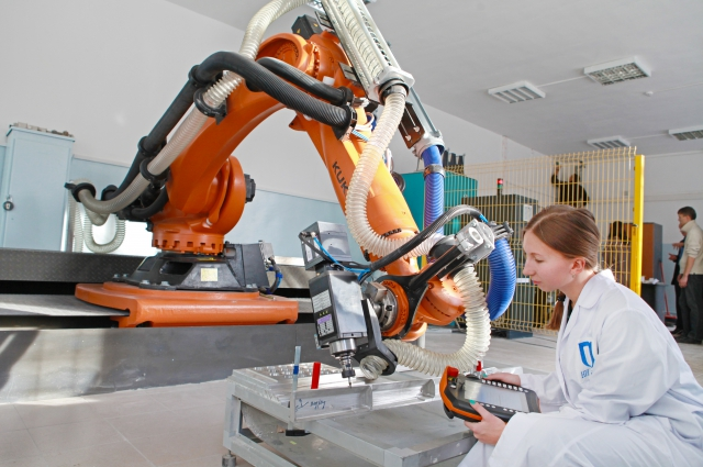 Аспиранты ИРНИТУ «научили» робототехнический комплекс «Кука» обрабатывать кромки крупногабаритных деталей самолета. Подобные работы не ведутся ни в одном российском инженерном вузе. РТК будет внедрен в технологический процесс Иркутского авиазавода.