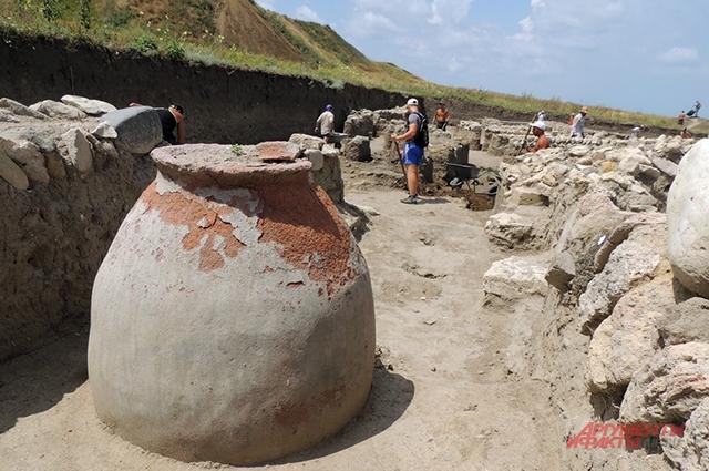 Жители Фанагории использовали такие большие глиняные сосуды (пифосы) для хранения жидких и сыпучих продуктов, в том числе вина, оливкового масла и зерна.