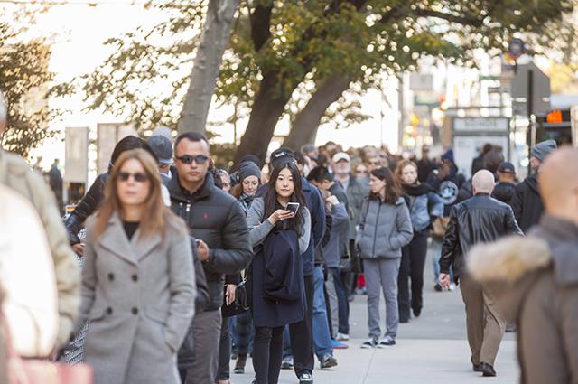 За границей люди выстраиваются в длинные очереди, чтобы попасть на избирательный участок