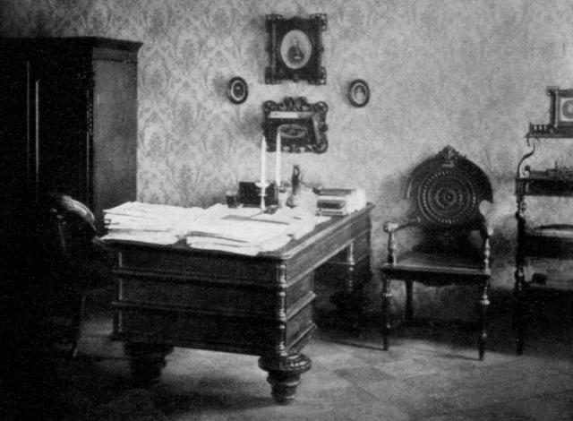 Рабочий кабинет писателя на последней квартире в Петербурге.