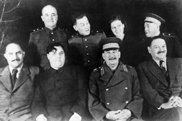 Советские партийные деятели Лазарь Каганович, Георгий Маленков, Иосиф Сталин, Андрей Жданов (слева направо в первом ряду) на даче И. Сталина в Кунцево.