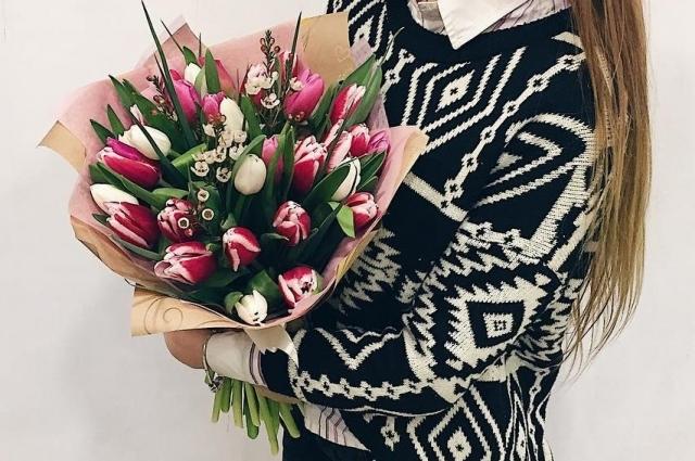 Дочери или племяннице можно подарить яркие тюльпаны.