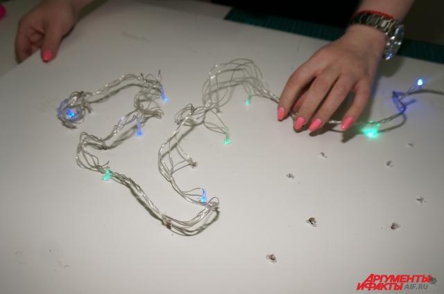 Лучше взять гирлянду с запасом длины. Тогда при закреплении лампочек в основе можно будет подбирать из по цветам в нужном порядке.