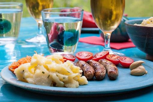 В Германии любят картофельный салат с колбасками.