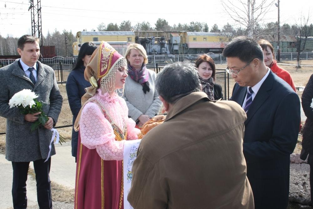 Гостей из КНР встречали хлебом-солью.