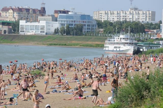 Несмотря на запрет, в жаркие дни на пляжах яблоку негде упасть.