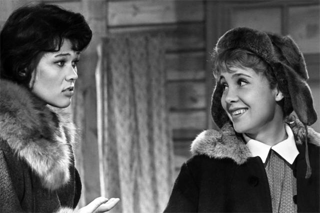 Люсьена Овчинникова и Надежда Румянцева в фильме «Девчата», 1961 г.