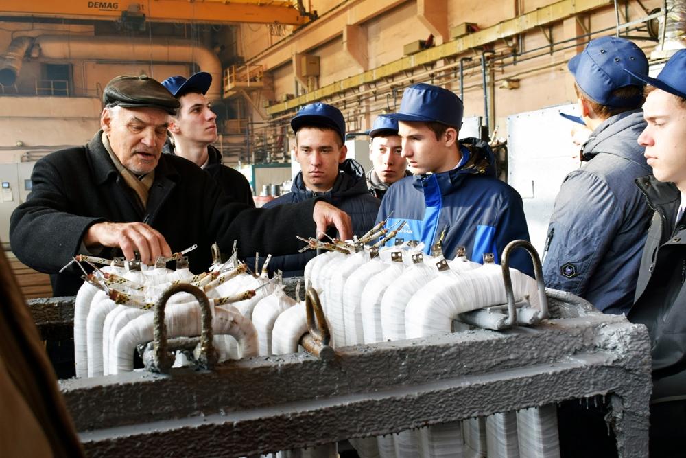 Экскурсию для студентов провёл ветеран завода.