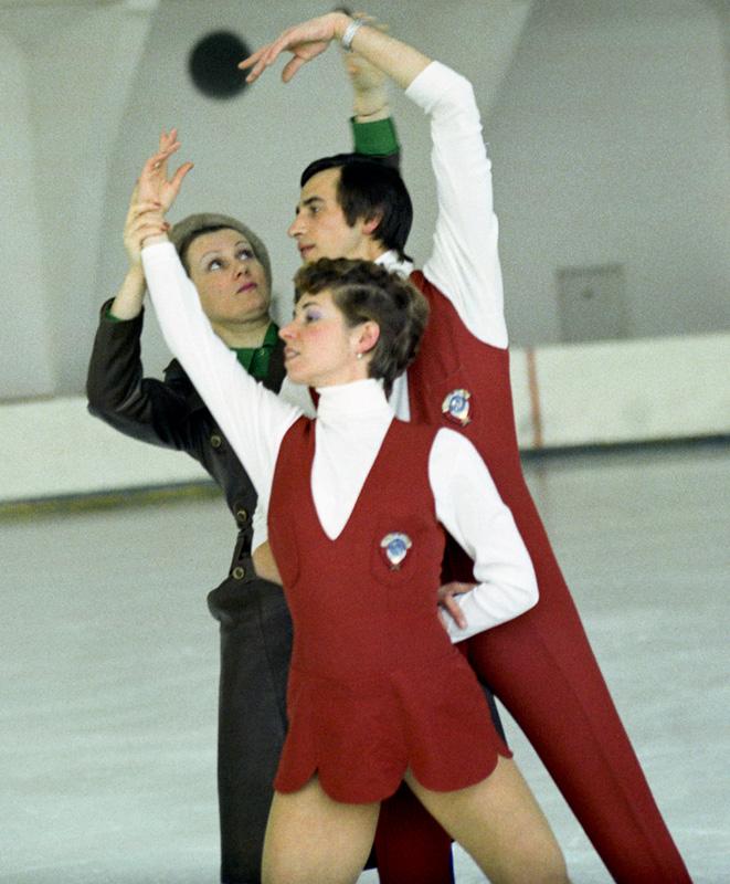 Людмила Пахомова и Александр Горшков со своим тренером Еленой Анатольевной Чайковской, 1974 г.