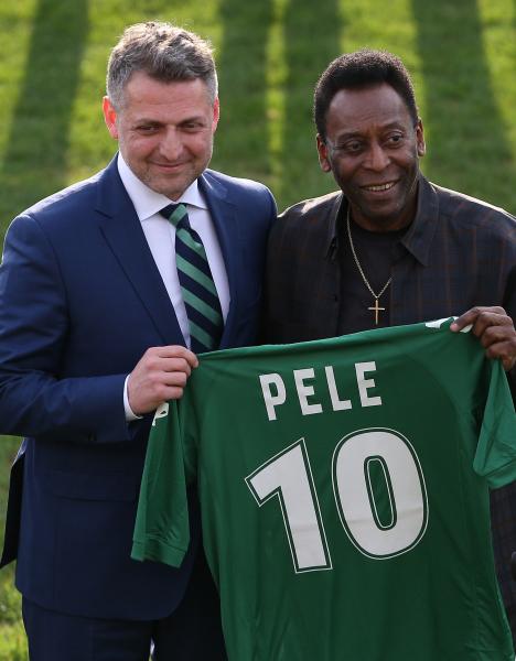 Пеле во время встречи с воспитанниками Краснодара получил футболку команды из рук директора Академии клуба Арама Фундукяна