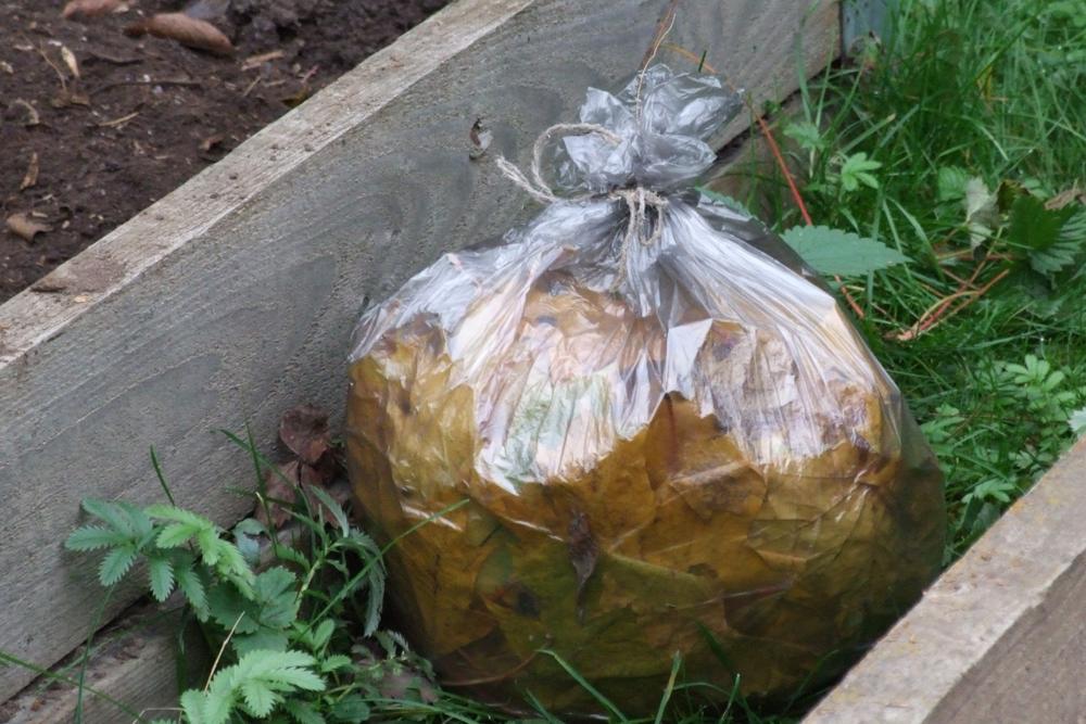 5. Наполнив мешок, завяжите его и поставьте в саду, например, между грядками в огороде.