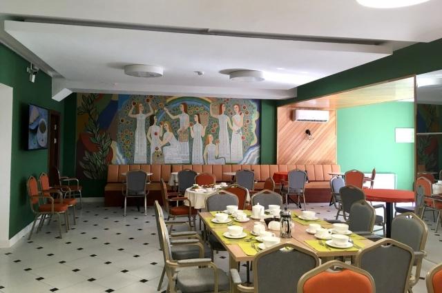 При ремонте столовой оказалось, что под краской и гипсокартоном прячется советская мозаика. Её решили оставить и даже вписали в интерьер.