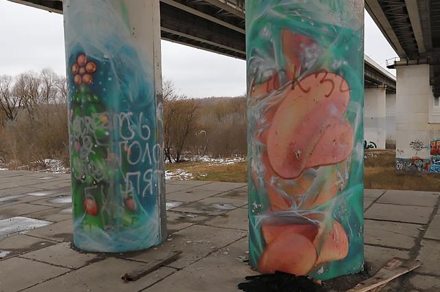 На большинстве граффити появились надписи, сделанные, по всей видимости, аэрозольной краской.