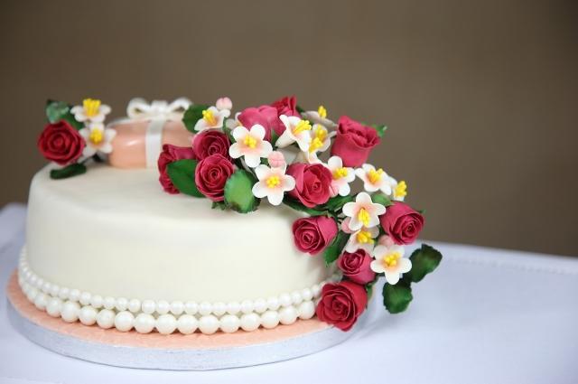 Тюменцы могут испечь к свадебному торжеству торт.