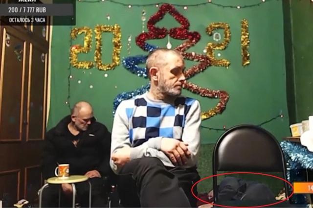 Смолянин Юрий Душечкин умирает на полу во время треш-стрима.
