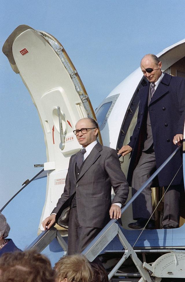 Операцией руководил израильский премьер-министр Менахем Бегин.