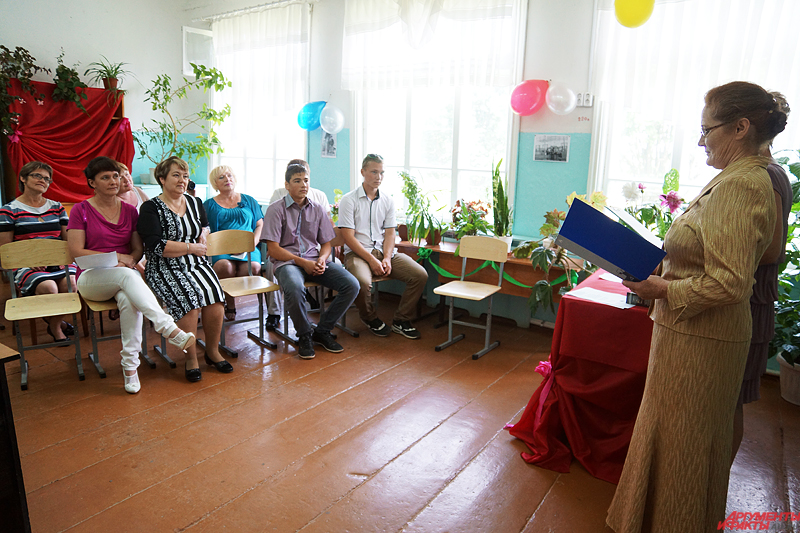 Молодому сельчанину под аплодисменты собравшихся, родителей и учителей вручили аттестат и подарочные дипломы