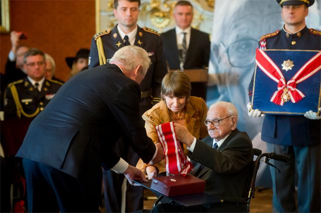 Президент Чехии Милош Земан (слева) наградил орденом Белого Льва сэра Николаса Уинтона