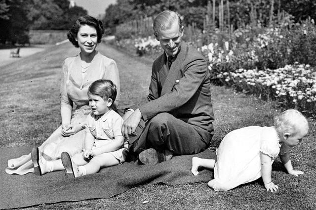 На прогулке с принцем Чарльзом и принцессой Анной, 1951 год