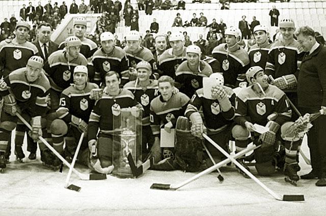 Хоккейная команда ЦСКА. У любимчика Анатолия Фирсова и тренера Анатолия Тарасова всегда было отличное взаимопонимание (на фото смотрят друг на друга), 1968 год