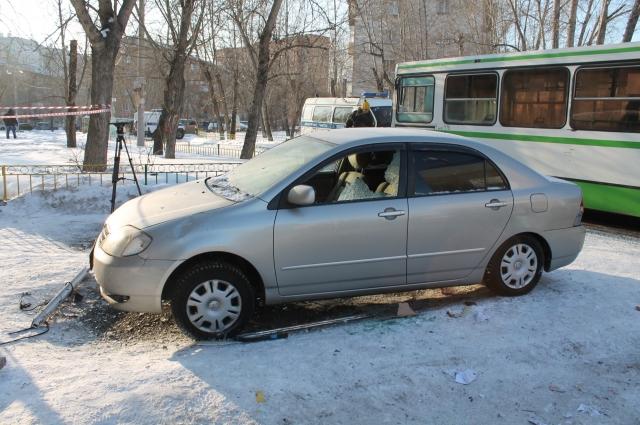 От взрыва пострадало припаркованный возле подъезда авто.