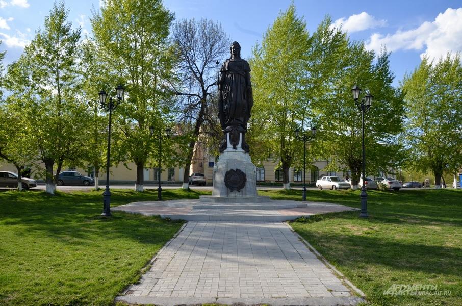 Памятник Екатерине II в Ирбите.