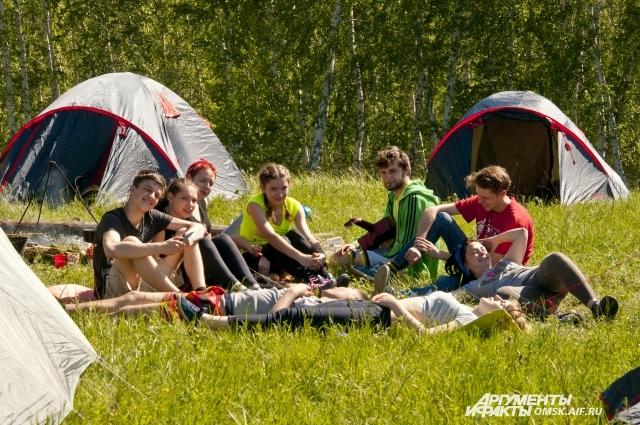 Гости фестиваля разместились в палатках.