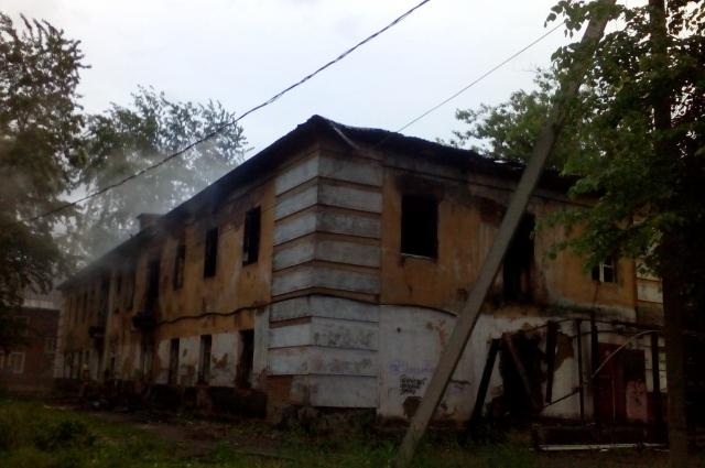 По предварительной версии, возгорание устроили бездомные.