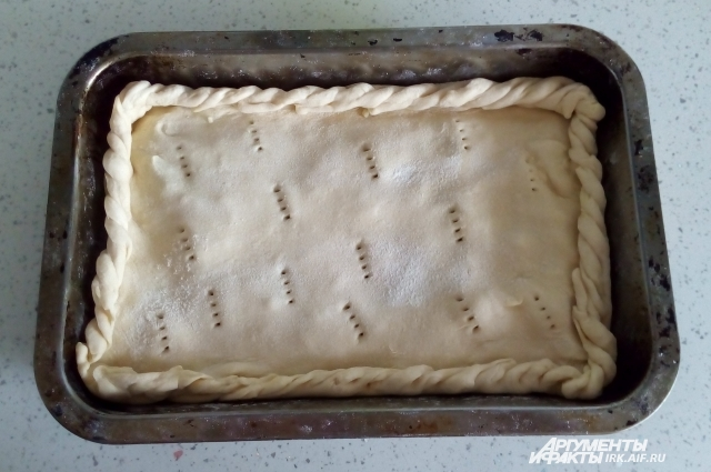 Верх пирога следует наколоть в нескольких местах вилкой. Верх пирога следует наколоть в нескольких местах вилкой