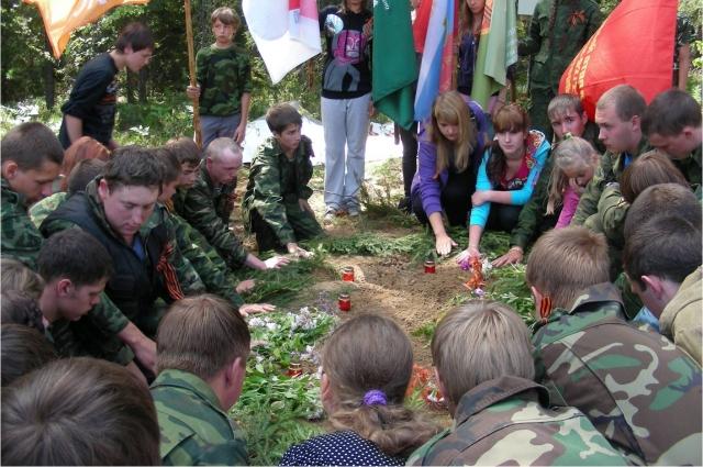 Сотни ребят прошли окопами войны.