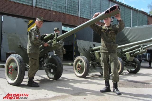 В праздничном салюте 9 Мая участвуют исторические пушки - ЗИС-3. Но эти орудия только создают звуковой эффект. А сам салют производят из специальной установки. ЗИС-3  до 1943 г. использовали, как противотанковые пушки. Но когда появились такие танки, как