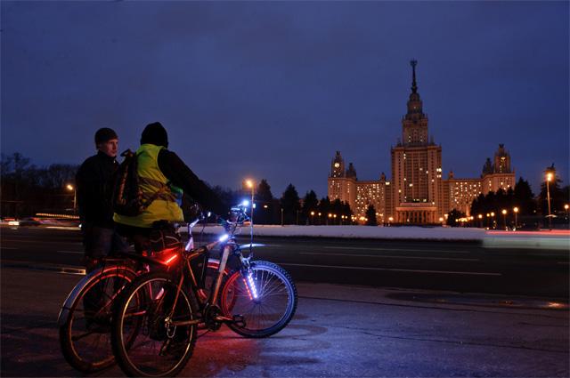 Здание МГУ в Москве во время акции Час Земли