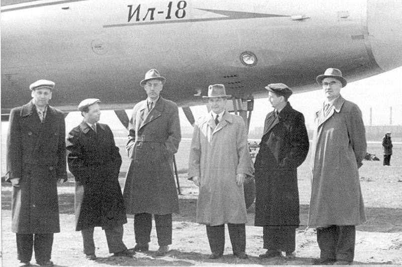 Сотрудники КБ Ил на фоне самолёта Ил-18