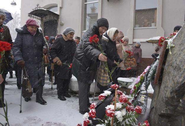 Памятный знак в Тюмени: «Здесь в 1937-1938 гг. проводились массовые расстрелы невинных… НИКОГДА БОЛЬШЕ…».