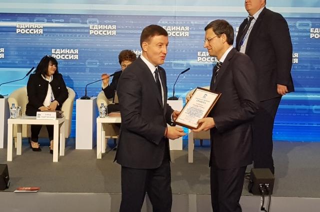 Андрей Турчак вручает грамоту Александру Бойченко за многолетний труд, эффективную работу и в связи с 10-летием открытия региональных общественных приёмных.