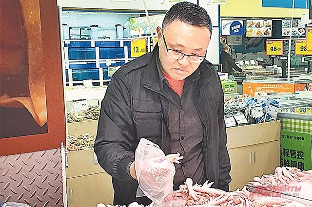 Российские птицефабрики догадались тоннами поставлять в Китай куриные лапки – в России ими собак и кошек кормят, а в Китае – деликатес.