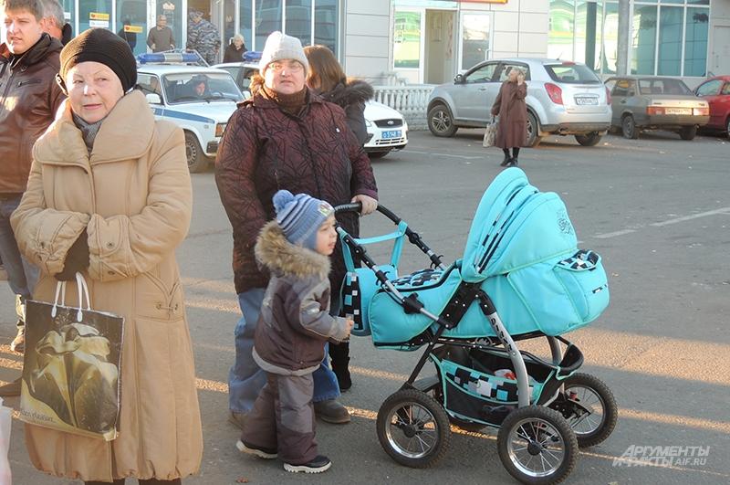 Жительница Бирюлёво приехала с внуками, чтобы потребовать от властей безопасности