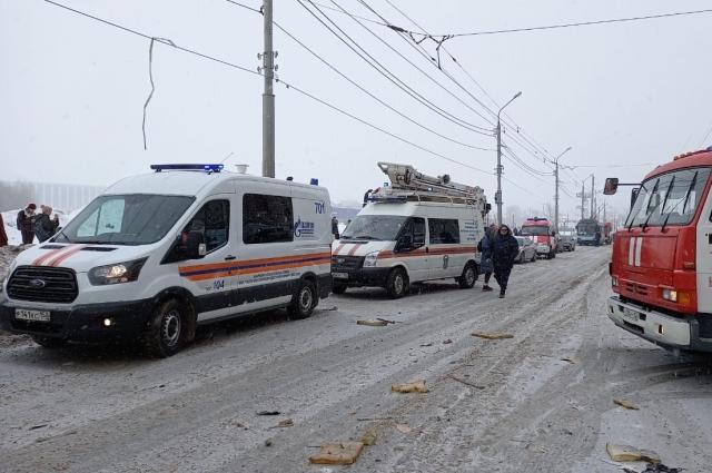 На месте работают 9 карет скорой помощи и 3 бригады Центра медицины катастроф.