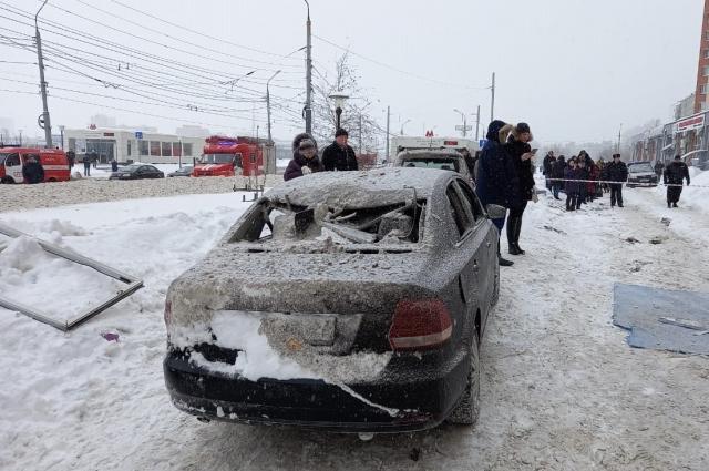 Взрывом повреждены припаркованные автомобили.