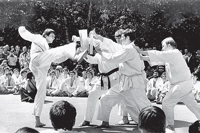 Слухи окаратистах как о «суперлюдях», убивающиходним ударом,породили страх и привели к запрету каратэ в СССР.