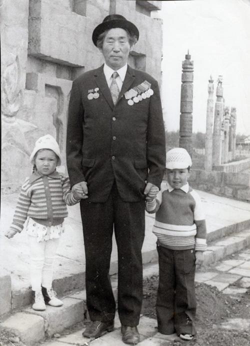 Андрей Титович Титаров с внуками.
