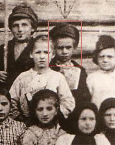 Павлик Морозов (в центре, с книгой) с группой соучеников.