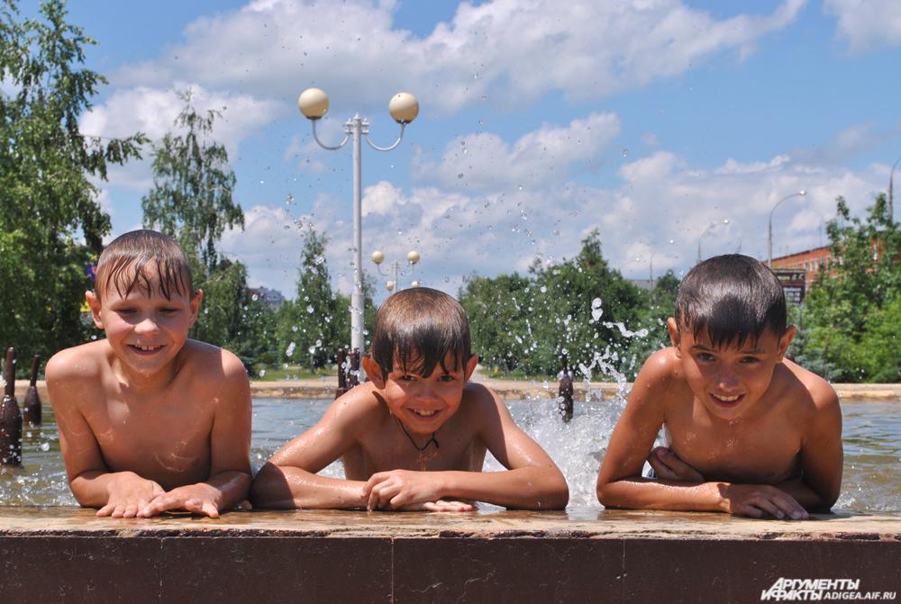 Дети после купания в фонтане.