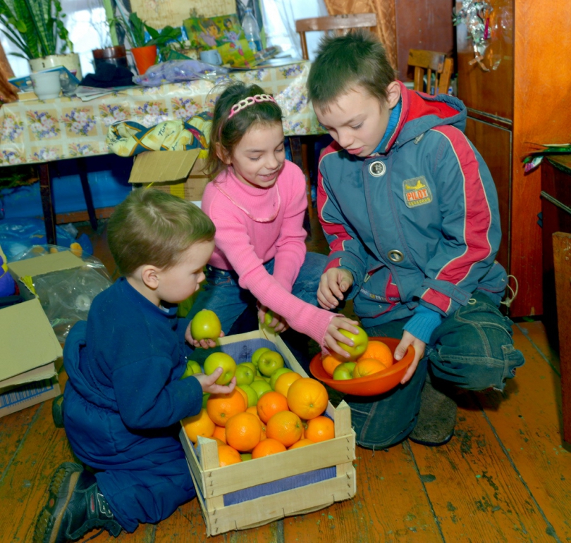 Для многих маленьких сельчан Рождество - единственный праздник, когда можно полакомиться фруктами.