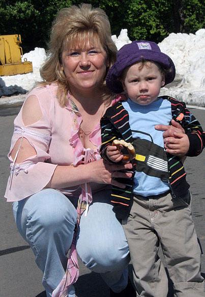 Анфиса Резцова с внуком на проводах из большого спорта биатлониста Сергея Рожкова. 2009 год