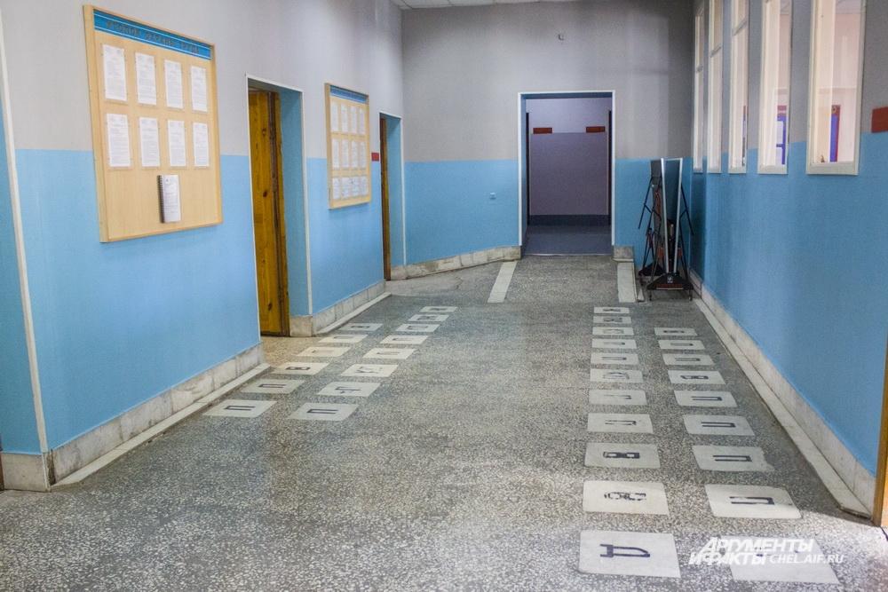Квадраты на полу в коридоре пожарной части - места, где строятся друг напротив друга сменяющиеся караулы. В углу можно заметить теннисный стол - в свободное время пожарные могут поиграть.
