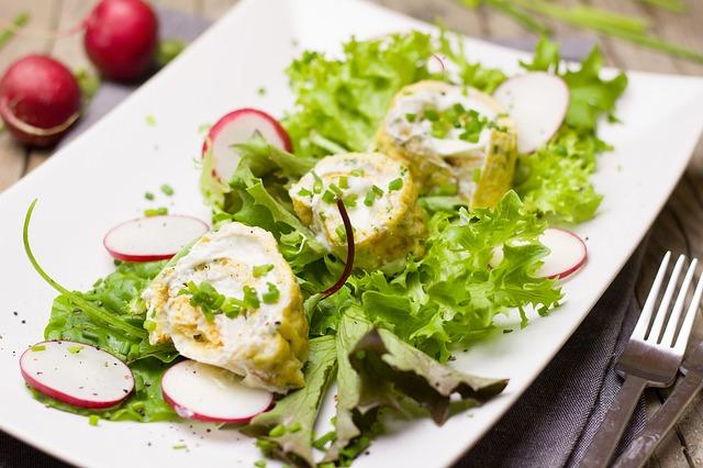 Лёгкий салат можно подавать на ужин.