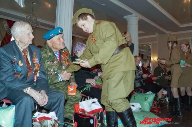 Почётными гостями на концерте стали участники Великой Отечественной войны. На фото - Михаил Ветошкин и Георгий Ивкин.